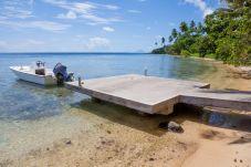 Zona de playa con pontón.