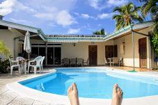 La vista sulla piscina e sulla terrazza